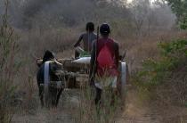 Contadini malgasci al rientro dai campi © Barbara Lomonaco