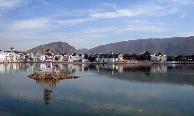 Il lago di Pushkar. By LRBurdak [GFDL (www.gnu.org/copyleft/fdl.html) or CC-BY-SA-3.0 (http://creativecommons.org/licenses/by-sa/3.0/)], via Wikimedia Commons